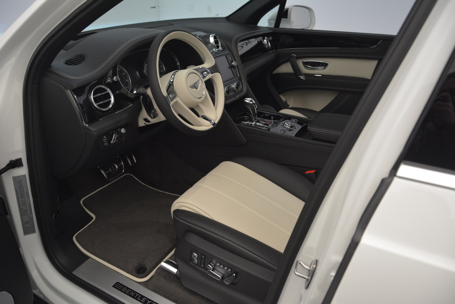 New 2019 Bentley Bentayga V8 For Sale In Greenwich, CT 2550_p18